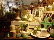 La exhibición de la ventana de tienda de regalo almacenó los artículos relacionados caseros de los regalos Imagenes de archivo