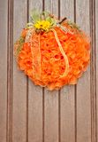 La exhibición de la puerta principal de una calabaza de la tela y la caída florecen fotos de archivo libres de regalías