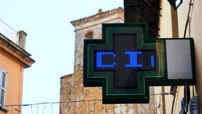 La exhibición llevó la cruz de la farmacia de las luces almacen de metraje de vídeo