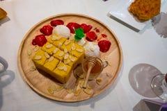 La exhibición modelo de la mantequilla de la miel tostada remató con la escama a de la almendra imagen de archivo libre de regalías