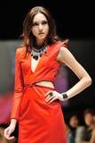 La exhibición modelo diseña de Swarovski con el reino del tema de joyas en Audi Fashion Festival 2012 Foto de archivo libre de regalías