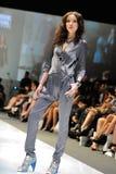La exhibición modelo diseña de Swarovski con el reino del tema de joyas en Audi Fashion Festival 2012 Imágenes de archivo libres de regalías