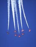 La exhibición por los Snowbirds combina en el evento del salón aeronáutico Foto de archivo