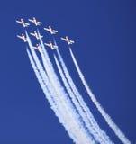 La exhibición por los Snowbirds combina en el evento del salón aeronáutico Imagen de archivo