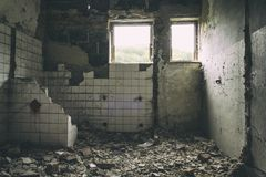 La exploración urbana constructiva abandonada, Sun irradia caer abajo en la Flor en casa abandonada vieja Urbex de la fábrica vie Imagen de archivo