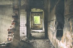 La exploración urbana constructiva abandonada, Sun irradia caer abajo en la Flor en casa abandonada vieja Urbex de la fábrica fan Foto de archivo