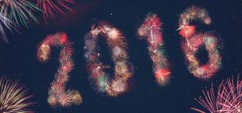 La explosión 2016 de los fuegos artificiales exhibe el texto Foto de archivo libre de regalías