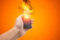 La explosión de Smartphone, explota la batería del teléfono móvil o el teléfono móvil explosivo Imagen de archivo