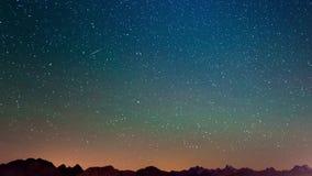 La explosión del meteorito, la lluvia de meteoritos y el humo del stardust se arrastran en cielo nocturno, el lapso de tiempo de  metrajes