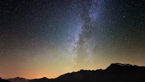 La explosión del meteorito, la lluvia de meteoritos y el humo del stardust se arrastran en cielo nocturno, el lapso de tiempo de  almacen de metraje de vídeo