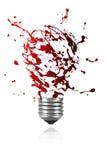 La explosión roja de la pintura hizo la bombilla Imagenes de archivo