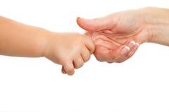 La explotación agrícola de la mano del bebé sirve de madre al dedo. Foto de archivo libre de regalías