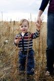 La explotación agrícola sirve de madre a la mano Fotografía de archivo libre de regalías