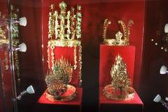 La exposición de las coronas del oro fotos de archivo