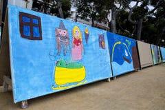 La exposición de los dibujos de los niños imagen de archivo libre de regalías