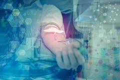 La exposición doble de la enfermera que da la inyección intravenosa con el equipo y la ciencia experimenta Foto de archivo libre de regalías