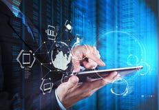La exposición doble del hombre de negocios muestra tecnología moderna