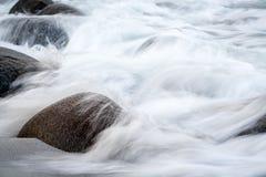 La exposición larga del mar y las piedras en el Utakleiv varan, Lofoten i Imagen de archivo libre de regalías