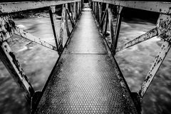 La exposición larga tiró de imagen blanco y negro del pequeño puente imagenes de archivo