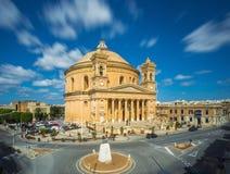 La exposición larga tiró sobre la bóveda famosa de Mosta con las nubes móviles en la luz del día - Malta Imagen de archivo