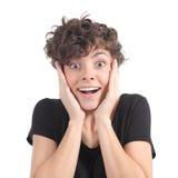 Expresión eufórica de una mujer con sus manos en la cara Imagen de archivo