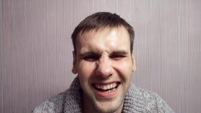 La expresión facial de los cambios del actor, hombre malvado llega a ser buena, agresión es substituida por risa metrajes