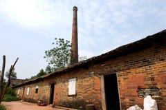 La fábrica de la cerámica con la chimenea enorme Imagen de archivo