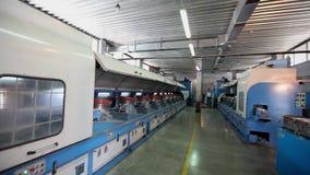 La fábrica de los muebles, producción de muebles salta para los bloques del colchón, máquina para la producción de primaveras almacen de video
