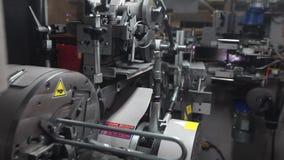 La fábrica de los muebles, producción de muebles salta para los bloques del colchón, máquina para la producción de primaveras almacen de metraje de vídeo