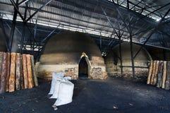 La fábrica del carbón de leña foto de archivo libre de regalías