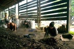 La fábrica del carbón de leña (procesos de la fábrica del carbón de leña) Fotos de archivo libres de regalías