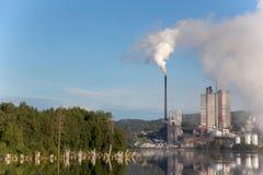 la fábrica está lanzando humo fotos de archivo