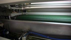 La fábrica para hacer los colchones, máquina transporta un bloque de primaveras independientes llenas en una envoltura, transport metrajes