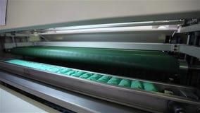 La fábrica para hacer los colchones, máquina transporta un bloque de primaveras independientes llenas en una envoltura, transport almacen de video