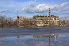 La fábrica vieja con las chimeneas que fuman Foto de archivo