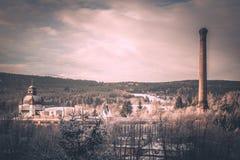 La fábrica vieja de la montaña con la bóveda ornamental y la alta chimenea en invierno ajardinan Imagen del estilo de la vendimia Foto de archivo libre de regalías