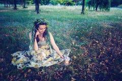 La fée de forêt s'assied sur un pré photo libre de droits