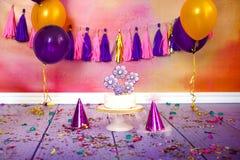 La fête d'anniversaire d'enfants avec le gâteau de noix de coco a décoré en forme de coeur de pain d'épice couvert de lustre colo images libres de droits