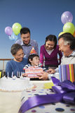 La fête d'anniversaire, famille sur plusieurs générations, s'ouvrant présente Image stock