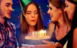 La fête d'anniversaire heureuse d'amis avec la célébration de bougie durcit Image stock