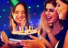 La fête d'anniversaire heureuse d'amis avec la célébration de bougie durcit Image libre de droits