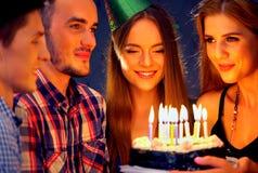 La fête d'anniversaire heureuse d'amis avec la célébration de bougie durcit Photo libre de droits