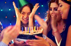 La fête d'anniversaire heureuse d'amis avec la célébration de bougie durcit Images stock