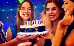 La fête d'anniversaire heureuse d'amis avec la célébration de bougie durcit dans le club Photos libres de droits