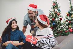 La fête de Noël avec des amis, les personnes asiatiques échangent le cadeau et le giv photo stock