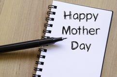 La fête des mères heureuse écrivent sur le carnet Photo stock