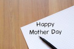La fête des mères heureuse écrivent sur le carnet Image stock