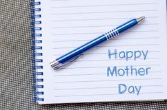 La fête des mères heureuse écrivent sur le carnet Images libres de droits