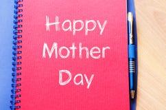 La fête des mères heureuse écrivent sur le carnet Photo libre de droits