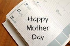 La fête des mères heureuse écrivent sur le carnet Images stock